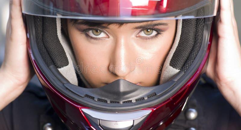 Motocicleta roja del casco integral de la muchacha atractiva fotos de archivo