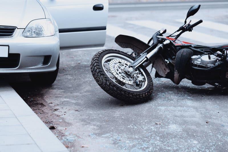 Motocicleta y coche imagen de archivo