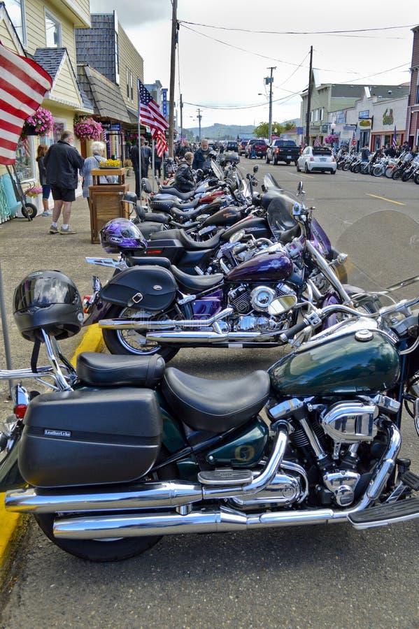 Motocicletas alineadas en Florencia, Oregon foto de archivo
