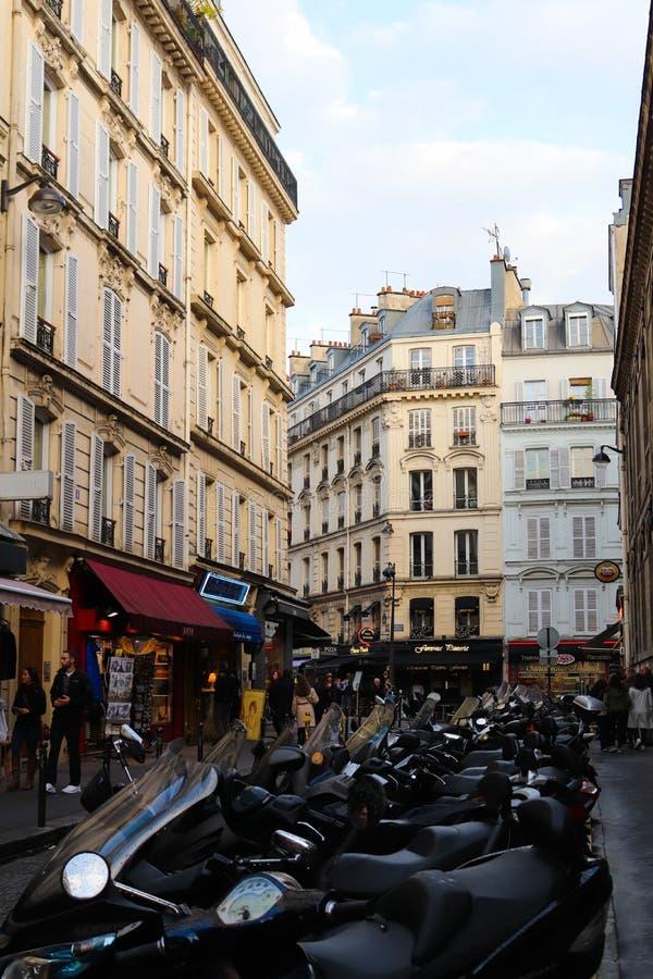 Motocicletas alinhadas em Monmartre fotografia de stock royalty free