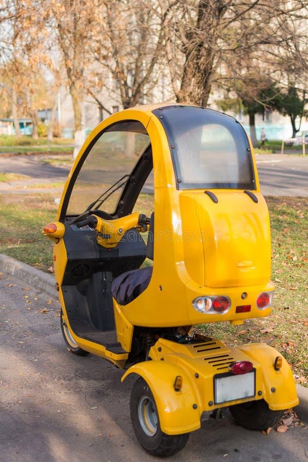 motocicletas amarillas triples en estacionamiento Vista en cabina trasera, nadie alrededor fotos de archivo