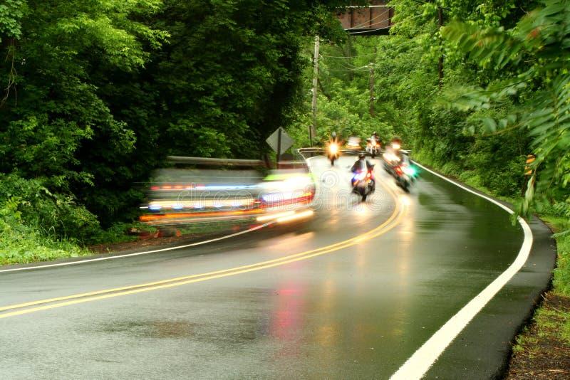 Motocicletas da polícia que apressam-se abaixo de uma estrada foto de stock