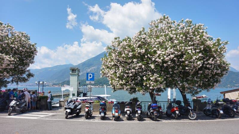 Motocicletas e 'trotinette's estacionados na margem da cidade de Bellagio Lago Como imagens de stock