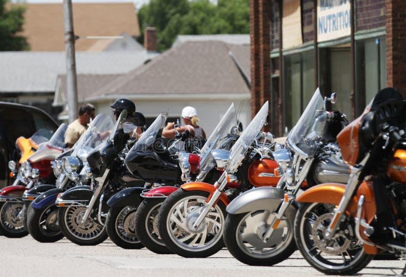 Motocicletas estacionadas em uma barra da cidade pequena imagens de stock royalty free