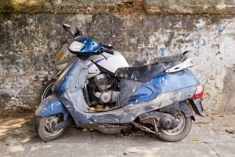 Motocicletas sujas velhas abandonadas na rua fotos de stock