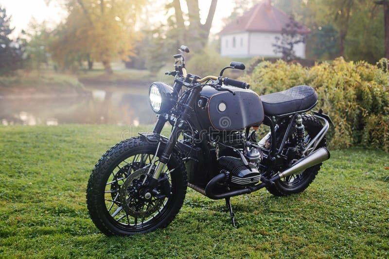 Motocicletta classica parcheggiata sull'erba verde fotografia stock libera da diritti