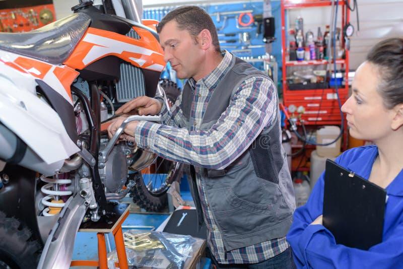 Motocicletta della riparazione del meccanico del motociclo fotografia stock