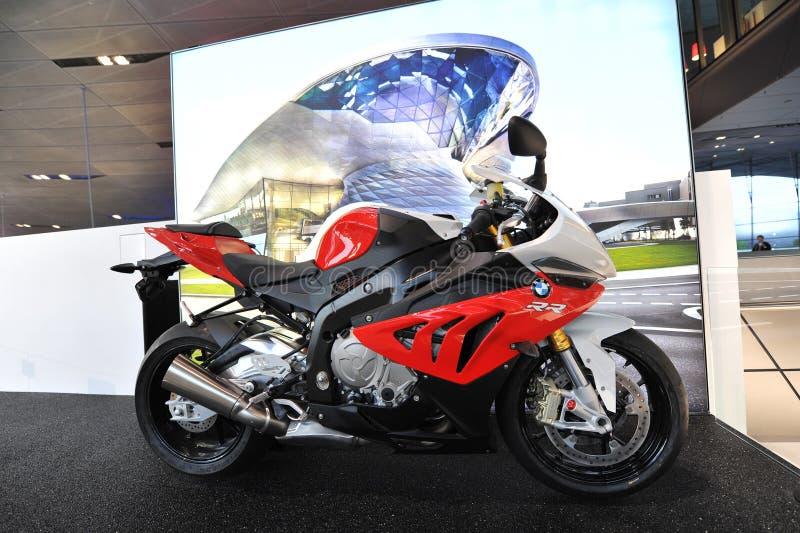 Motocicletta di BMW RR S1000 su esposizione al mondo di BMW