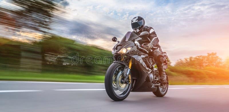 Motocicletta sulla guida della strada divertiresi guidando la strada vuota su un giro/viaggio del motociclo fotografia stock libera da diritti