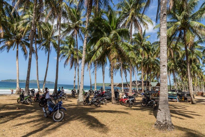 Motociclette di parcheggio alla spiaggia di Nacpan fotografia stock