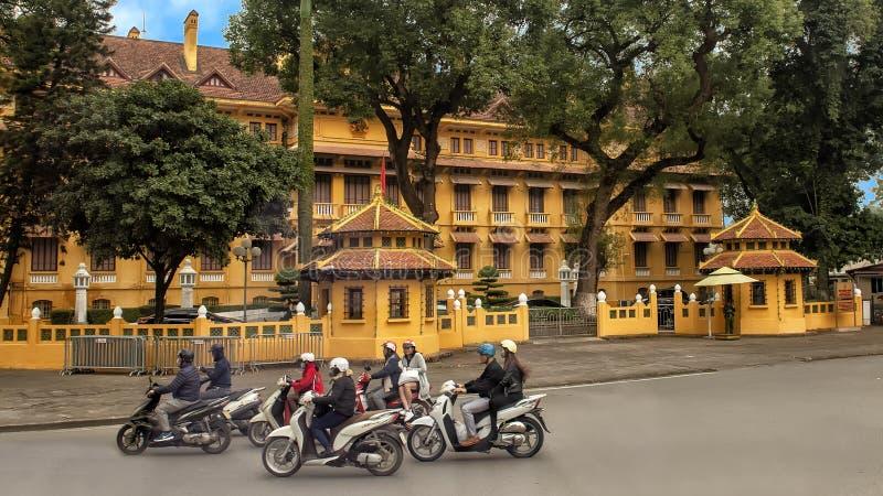 Motocicli davanti ad un complesso di governo a Hanoi, Vietnam fotografia stock libera da diritti