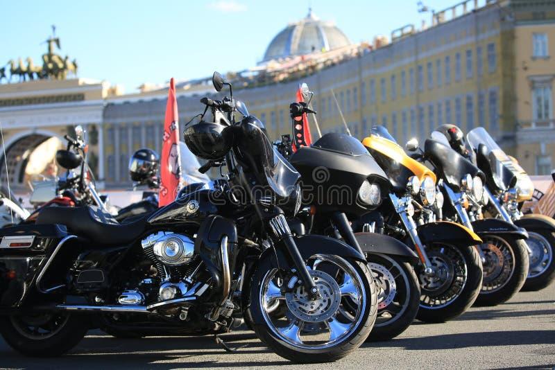 Motocicli di Harley-Davidson dei modelli differenti in una fila un giorno soleggiato immagine stock libera da diritti