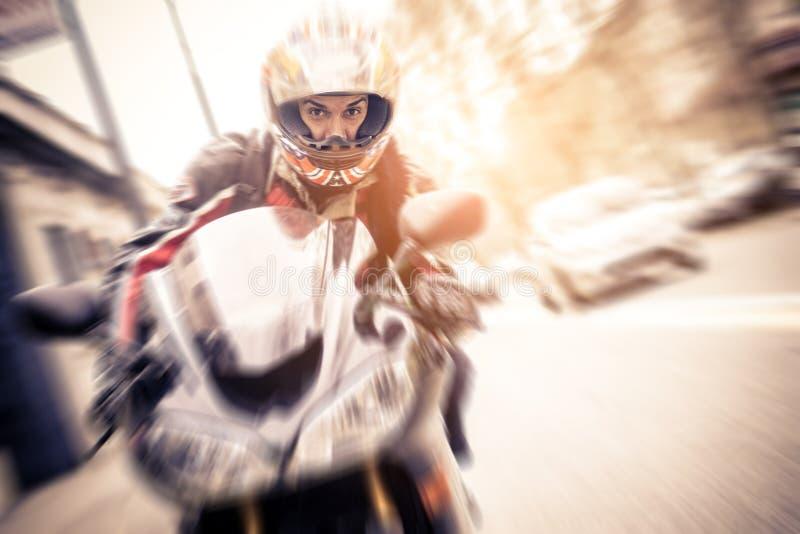 Motociclista che conduce motocicletta allegra fotografia stock libera da diritti