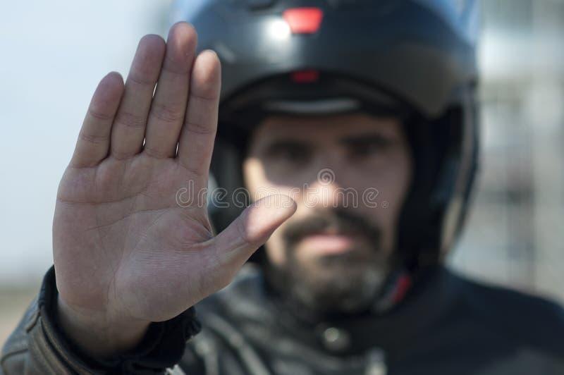 Motociclista che fa il segnale di arresto fotografie stock libere da diritti