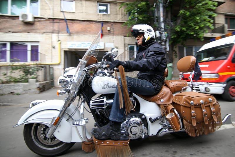 Motociclista che guida un motociclo indiano fotografia stock
