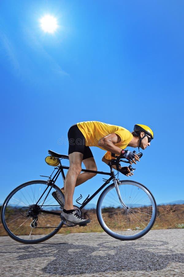 Motociclista che guida una bici su una strada aperta fotografia stock libera da diritti