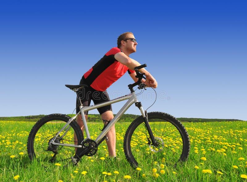 Motociclista com o Mountain bike fotografia de stock royalty free