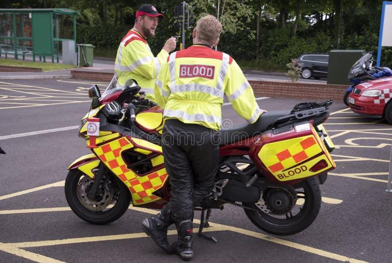 Motociclista com um serviço de entrega do sangue para hospitais imagem de stock