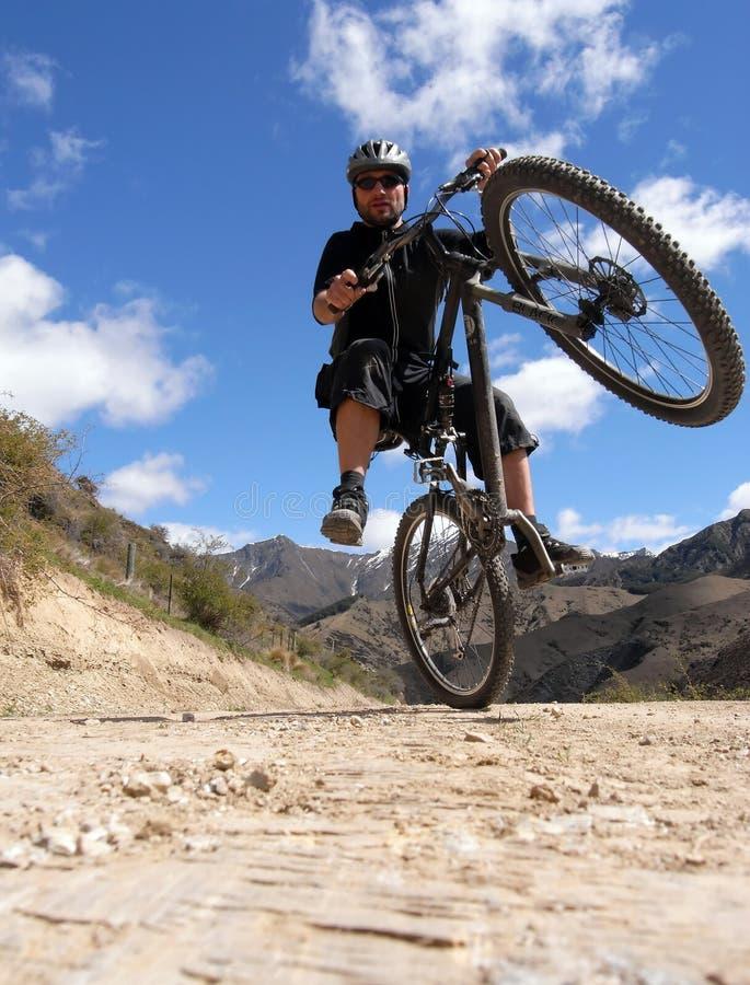 Motociclista da montanha na ação foto de stock