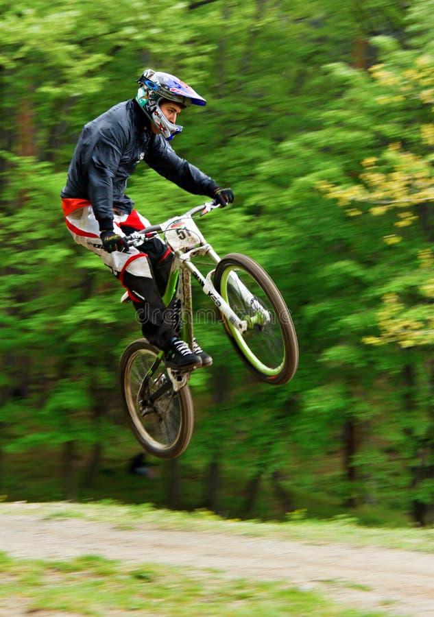 Motociclista da montanha no ar imagens de stock royalty free