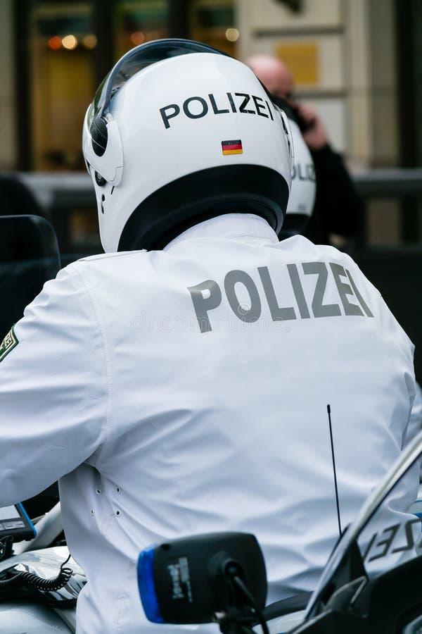 Motociclista da polícia. fotografia de stock