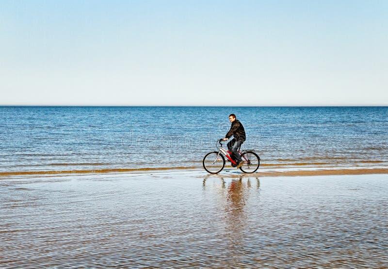 Motociclista del mare. fotografia stock libera da diritti