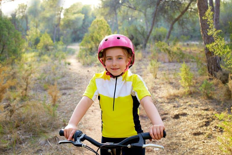 Motociclista della ragazza del bambino in mountain bike MTB fotografia stock libera da diritti