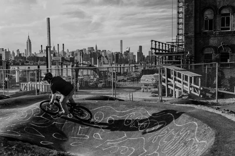 Motociclista di BMX nel parco del pattino fotografie stock