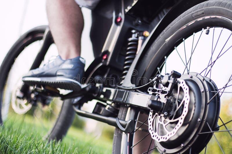 Motociclista do homem que senta-se na bicicleta elétrica imagens de stock royalty free