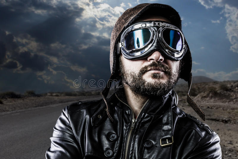 Motociclista do orgulho com casaco de cabedal preto foto de stock royalty free