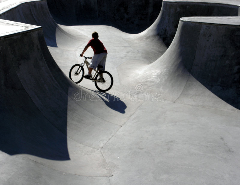 Motociclista do parque do patim foto de stock royalty free