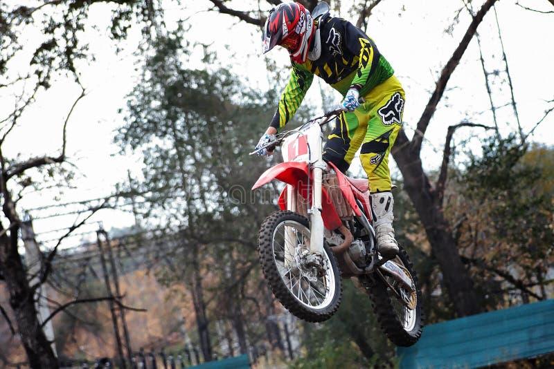 Motociclista durante la gara di corsa campestre ad uno stadio della città aperta immagine stock libera da diritti