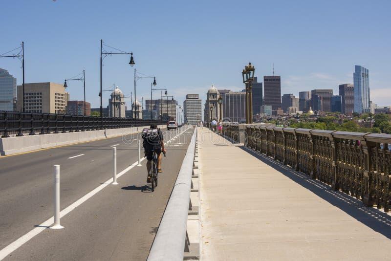 Motociclista e pedestres não identificados na ponte histórica de Longfellow fotos de stock