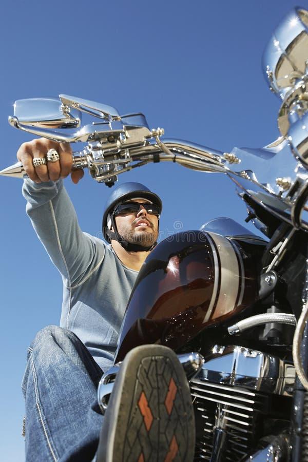 Motociclista em Biking da bicicleta imagens de stock royalty free