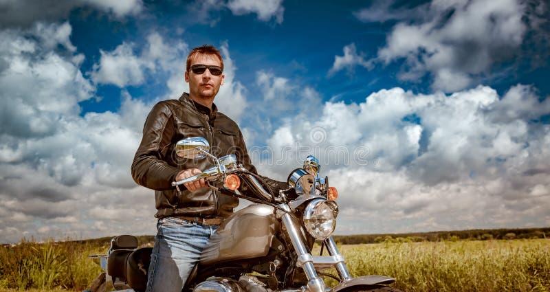 Motociclista em uma motocicleta fotografia de stock