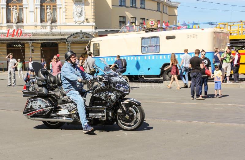 Motociclista em uma motocicleta com airbrushing fotografia de stock
