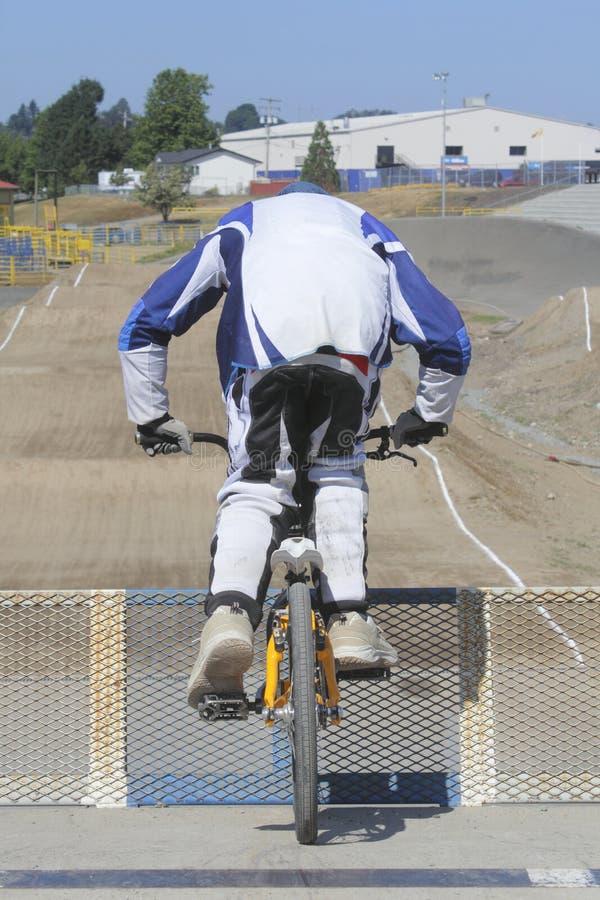 Motociclista estando de BMX fotos de stock royalty free