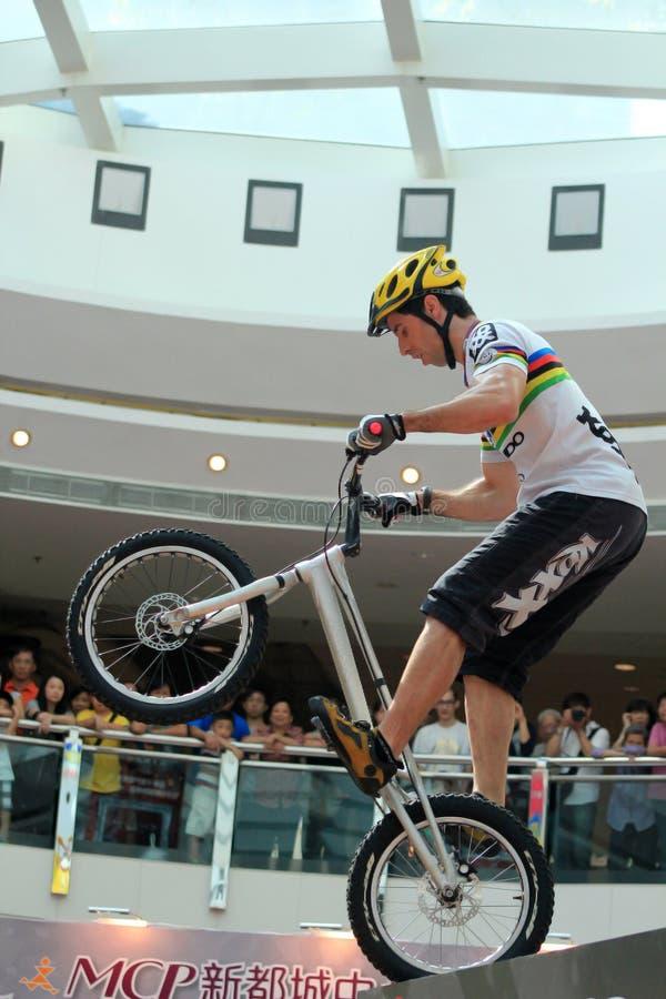 Motociclista experimental no shopping fotografia de stock