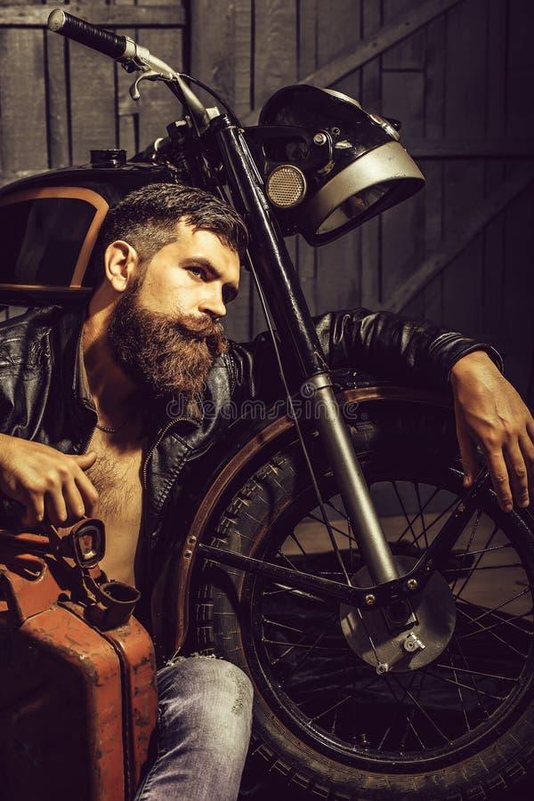 Motociclista farpado do moderno do homem fotos de stock royalty free