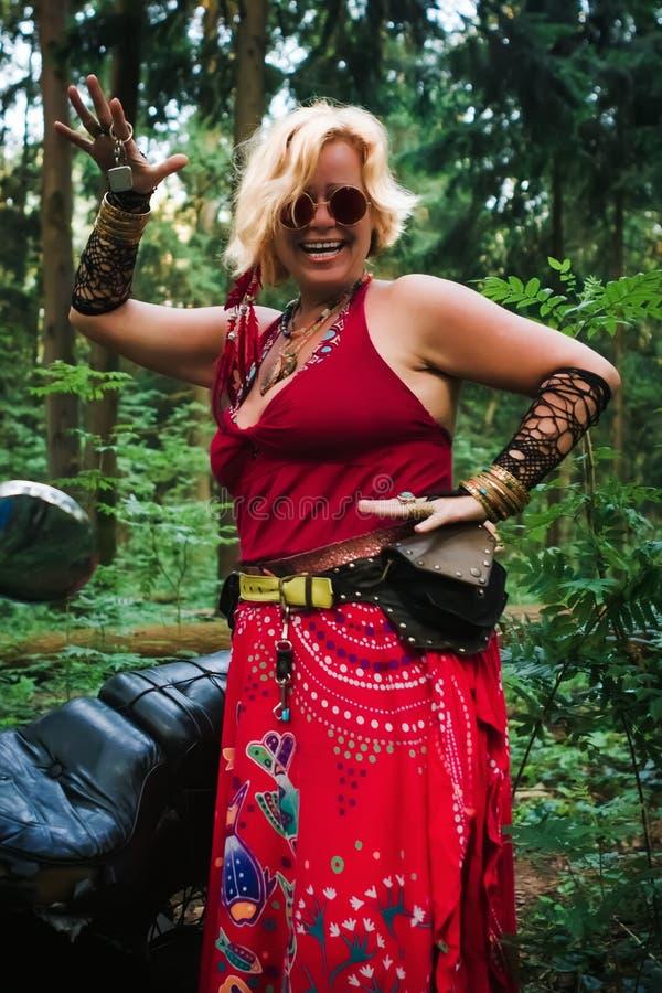 Motociclista maduro da mulher no estilo da hippie fotografia de stock royalty free