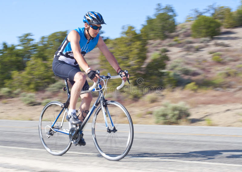 Motociclista masculino adolescente da estrada imagem de stock royalty free