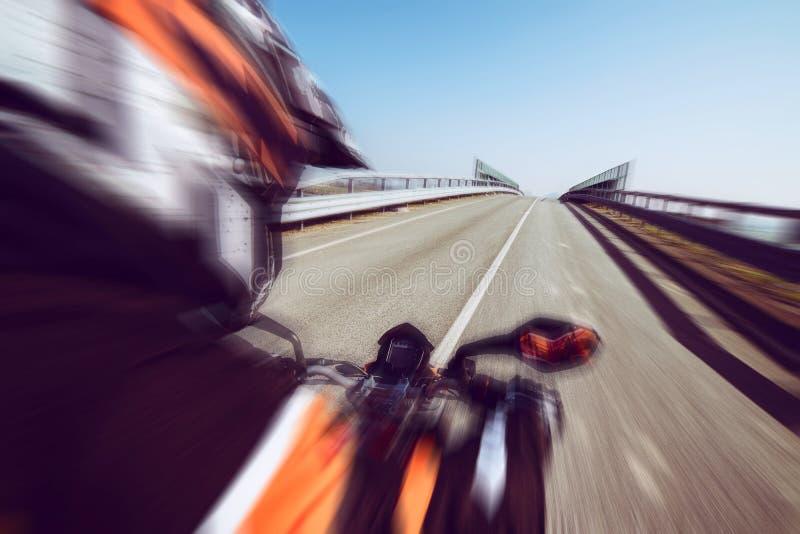 Motociclista na ação que monta na estação do lazer do ar livre da mola e do verão da estrada e conceptt- da liberdade tonificado  fotografia de stock royalty free