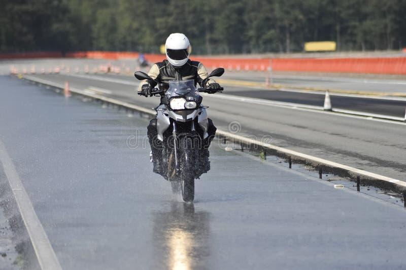 Motociclista na estrada imagem de stock