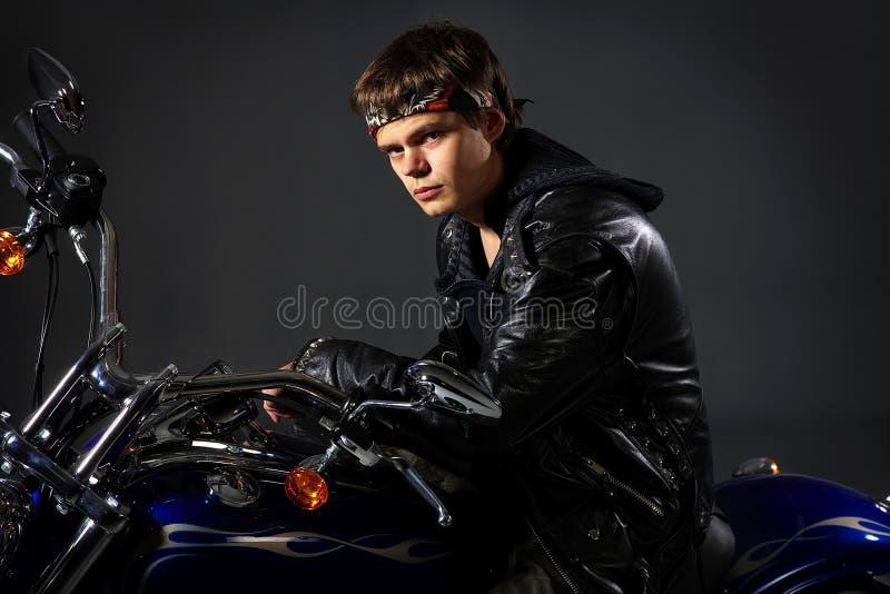 Motociclista na motocicleta imagem de stock