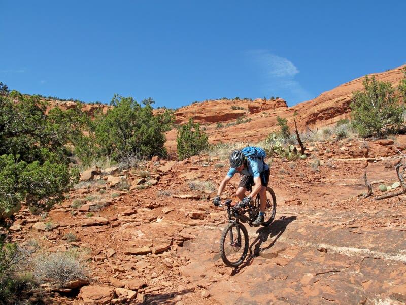 Motociclista nas rochas vermelhas, Sedona da montanha, EUA imagens de stock