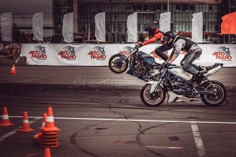 Motociclista no motor que compete competições fotografia de stock royalty free