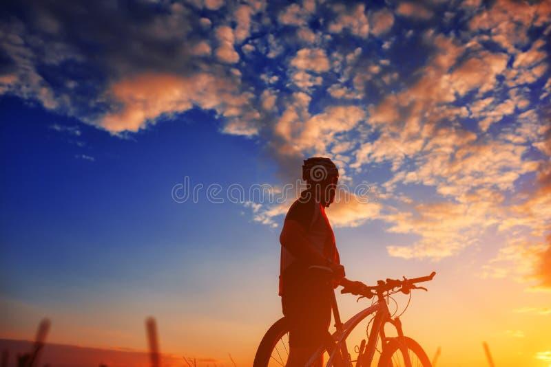Motociclista no outono em uma tarde ensolarada imagens de stock royalty free