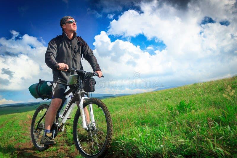 Motociclista no platô crimeano no fundo das nuvens imagem de stock royalty free