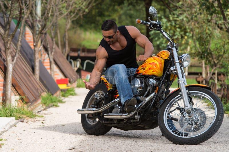 Motociclista nos óculos de sol na estrada fotos de stock royalty free