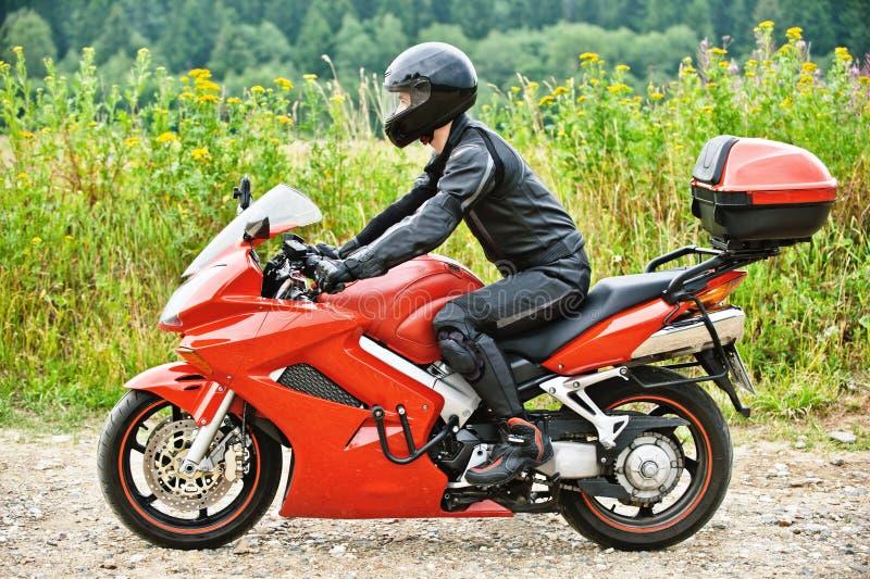 Motociclista que conduz de encontro imagens de stock